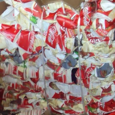 Gebruikte drinkbekers van Coca-Cola, samengeperst voor verwerking.